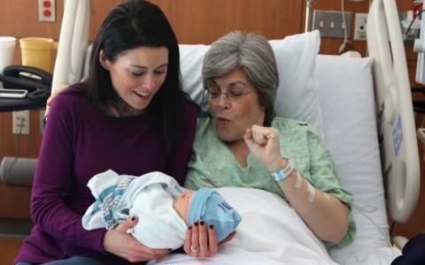 61-jährige Leihmutter bringt eigenen Enkel zur Welt