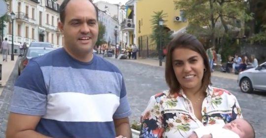 14/11/2017 – Die neugeborene Tochter des brasilianischen Paars erhielt ihren ersten Kinderpass